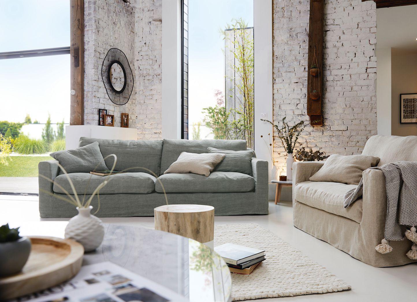 Salón con sofá y sillón Biscarrosse de Home Spirit con funda en lino.