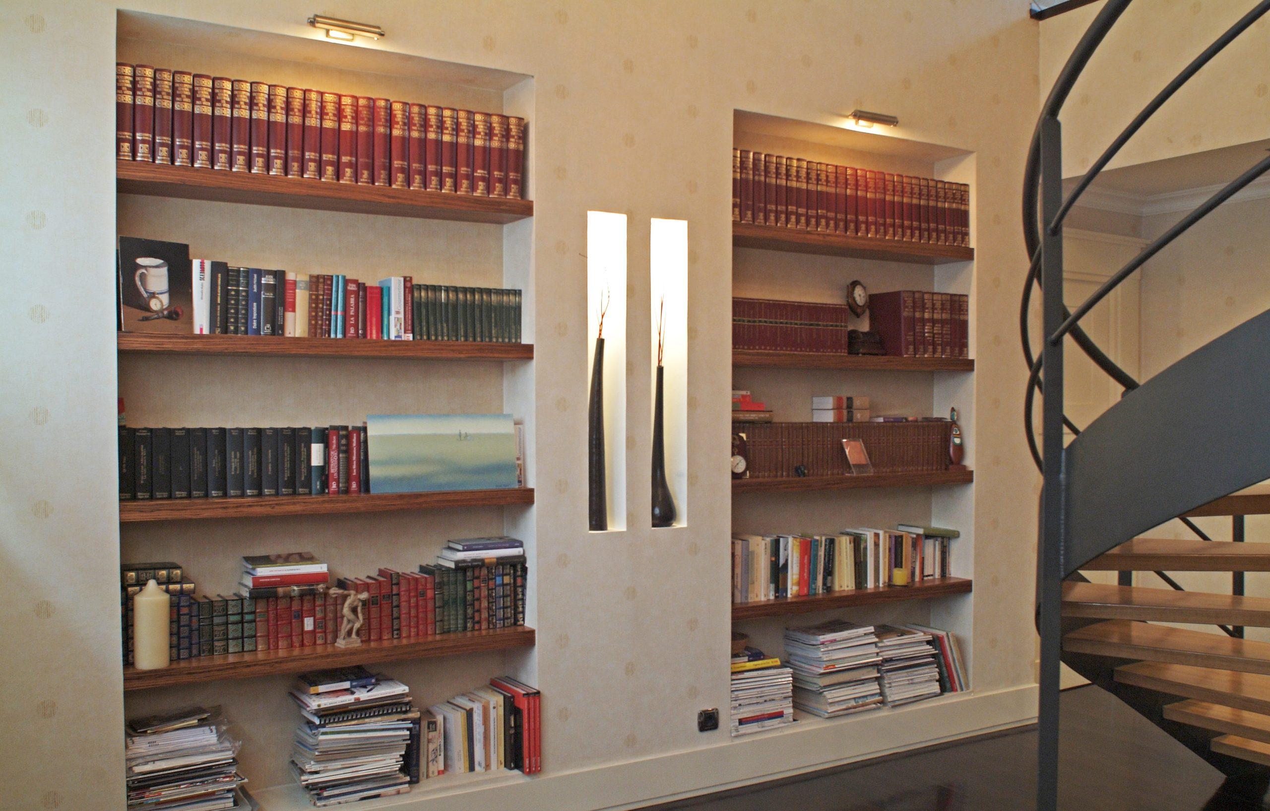 Librería a medida con nichos de pladur y baldas de nogal empotradas realizado por Tribeca.