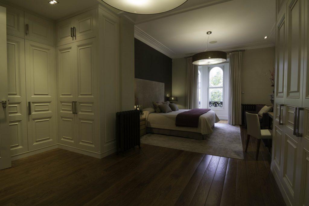 Dormitorio clásico armarios blancos con pinceladas en color